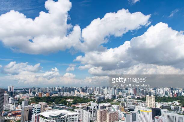 summer clouds on the city buildings in singapore - orchard road fotografías e imágenes de stock