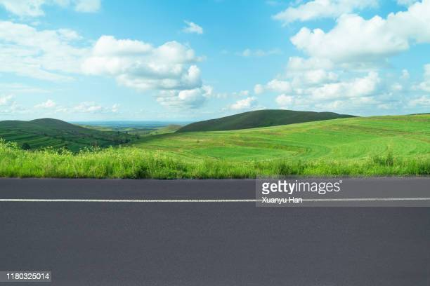 summer country road - straßenrand stock-fotos und bilder