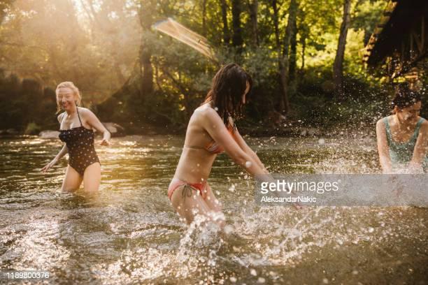 sommertag mit freundinnen - aktiver lebensstil stock-fotos und bilder