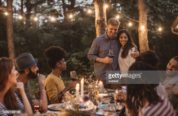 dîner d'été - invité photos et images de collection