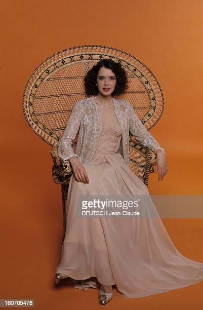 Summer Fashion By Couture Designers EMMANUELLE' chez CHANEL Dans un fauteuil en rotin Sylvia Kristel héroïne des deux 'EMMANUELLE' pose en studio...