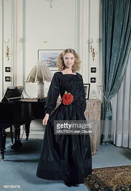 Summer Fashion By Couture Designers GRES Robe de concert la duchesse Gersende d'Orléans pose en robe longue de taffetas noir manches longues et...
