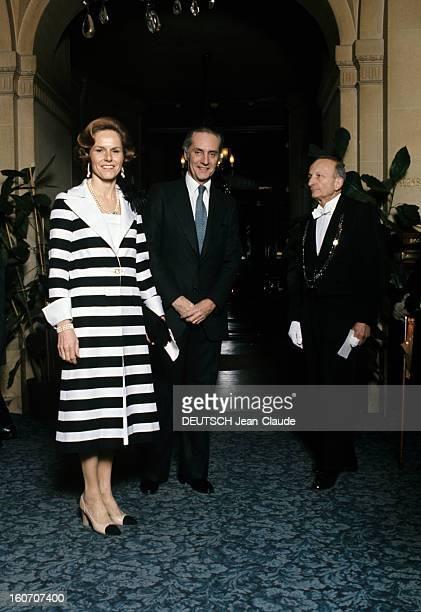 Summer Fashion By Couture Designers La duchesse Gersende d'Orléans vêtue d'un manteau à larges rayures noires et blanches horizontales se tient près...