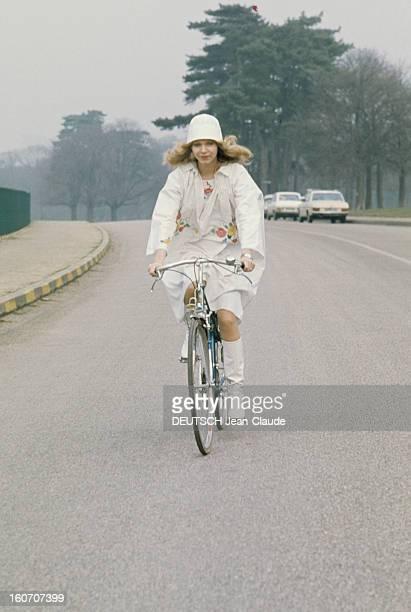 Summer Fashion By Couture Designers Un mannequin portant un bonnet blanc à bicyclette dans le bois de Boulogne présente un pardessus en forme de...