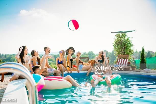 summer fun and pool party - piscina pubblica all'aperto foto e immagini stock