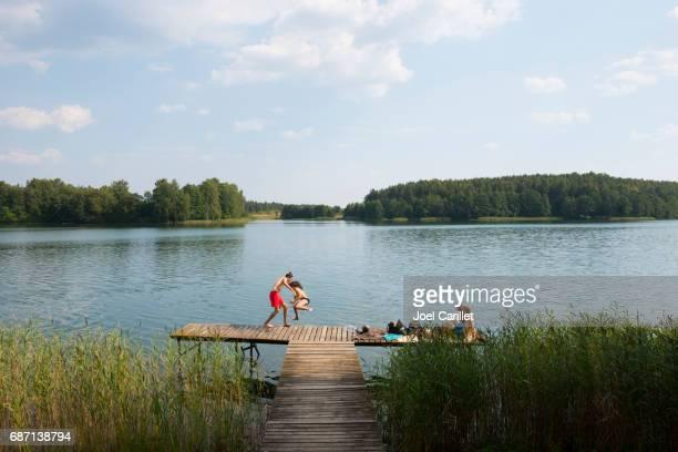 トラカイ、リトアニアの湖ルカで夏を満喫