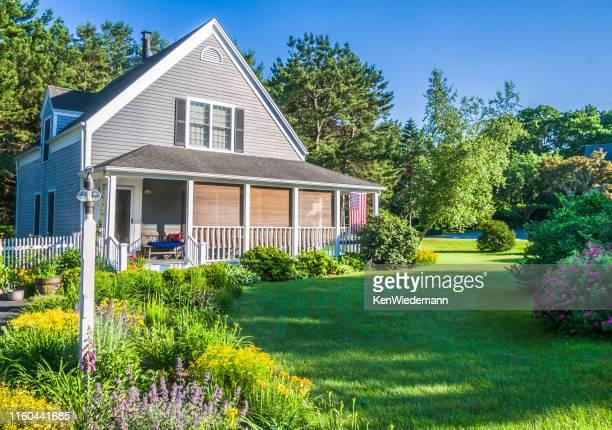 ケープコッドホームのサマーガーデン - ニューイングランド ストックフォトと画像