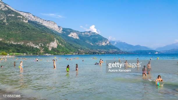 vacances d'été au lac annecy - annecy photos et images de collection