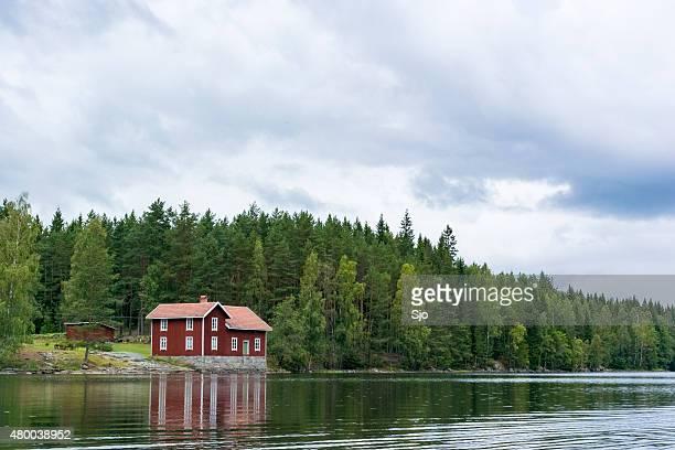 casa de verão em um lago na suécia - dalsland - fotografias e filmes do acervo