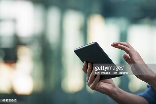summer in the city. a young woman holding a digital tablet. - selective focus imagens e fotografias de stock