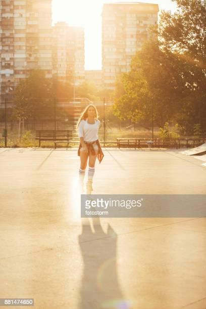 summer in the city - patinar sobre ruedas fotografías e imágenes de stock