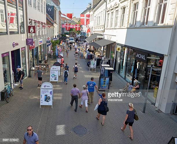 オーデンセのヴェスターゲードの夏 - デンマーク - オーデンセ ストックフォトと画像
