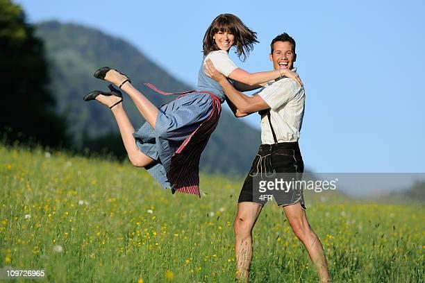 Sommer lieben, schöne Paar in Lederhosen und Dirndl