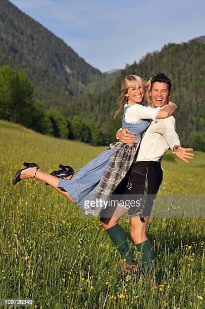 Sommer lieben, schöne Paar in traditioneller Tracht