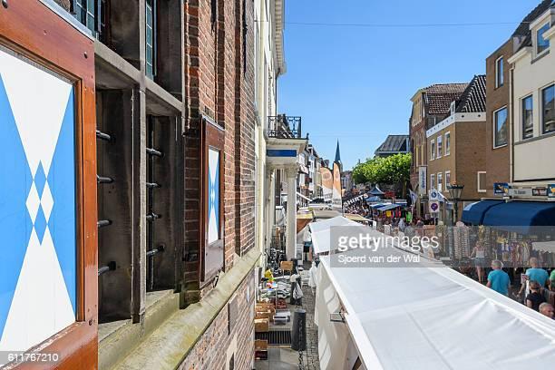 """summer market with people shopping in the city of kampen - """"sjoerd van der wal"""" ストックフォトと画像"""