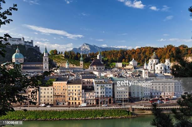 sommermorgen blick auf die salzburger altstadt und den salzach-ufer, österreich. - salzburg stock-fotos und bilder