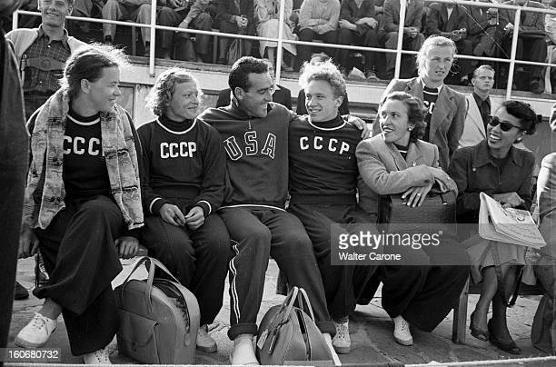 Summer Olympics 1952 Helsinki En Finlande à Helsinki en juillet 1952 lors des Jeux Olympiques d'été au centre de gauche à droite Siga LOVA athlète...