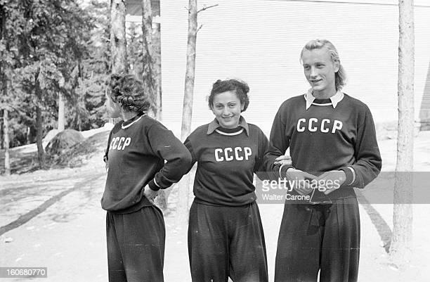 Summer Olympics 1952 Helsinki En Finlande à Helsinki en juillet 1952 lors des Jeux Olympiques d'été portrait de trois jeunes femmes portant le...