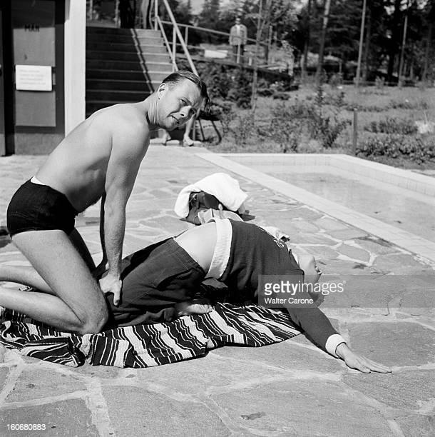 Summer Olympics 1952 Helsinki En Finlande à Helsinki en juillet 1952 lors des Jeux Olympiques d'été sur une terrasse exercice d'assouplissement pour...