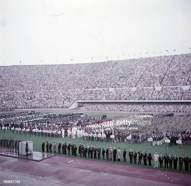 Summer Olympics 1952 Helsinki En Finlande à Helsinki en juillet 1952 lors des Jeux Olympiques d'été les athlète des différentes nations alignées au...