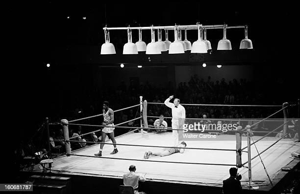 Summer Olympics 1952 Helsinki En Finlande à Helsinki en juillet 1952 lors des Jeux Olympiques d'été épreuve de boxe sur un ring un des athlètes...