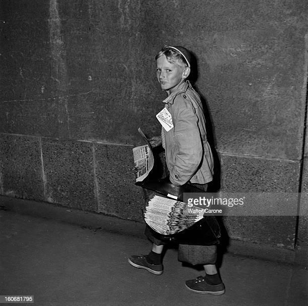 Summer Olympics 1952 Helsinki En Finlande à Helsinki en juillet 1952 lors des Jeux Olympiques d'été portrait d'un jeune finlandais souriant vendeur...