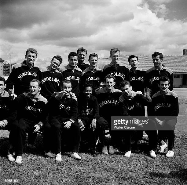 Summer Olympics 1952 Helsinki En Finlande à Helsinki en juillet 1952 lors des Jeux Olympiques d'été l'équipe d'athlètes yougoslaves pose ensemble en...