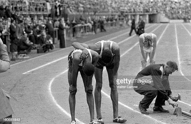 Summer Olympics 1952 Helsinki En Finlande à Helsinki en juillet 1952 lors des Jeux Olympiques d'été à l'arrivée du 400m plat le vainqueur George...