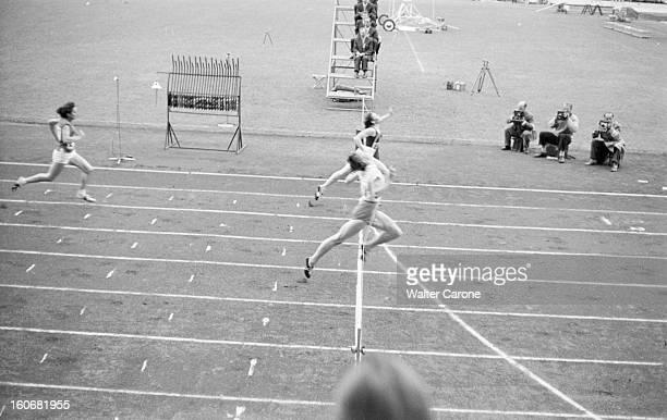 Summer Olympics 1952 Helsinki En Finlande à Helsinki en juillet 1952 lors des Jeux Olympiques d'été final d'une épreuve de course femmes 100m ou 200m...