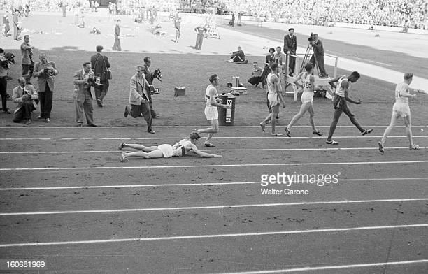 Summer Olympics 1952 Helsinki En Finlande à Helsinki en juillet 1952 lors des Jeux Olympiques d'été à l'arrivée d'une épreuve de course du 5000m...