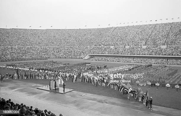 Summer Olympics 1952 Helsinki. En Finlande, à Helsinki, en juillet 1952, lors des Jeux Olympiques d'été, plan général sur la cérémonie d'ouverture...