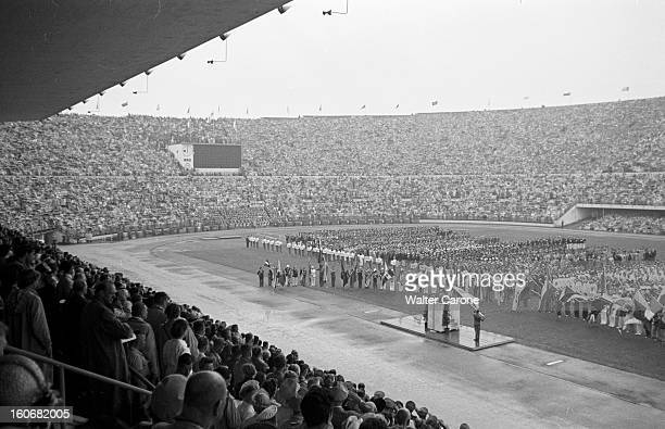 Summer Olympics 1952 Helsinki. En Finlande, à Helsinki, en juillet 1952, lors des Jeux Olympiques d'été, plan général, depuis la tribune ou les...