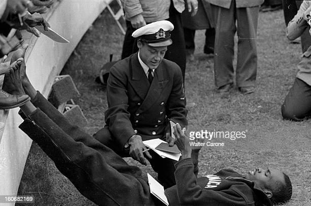 Summer Olympics 1952 Helsinki En Finlande à Helsinki en juillet 1952 lors des Jeux Olympiques d'été l'athlète Jamaïcain Herbert MAC KENLEY allongé...