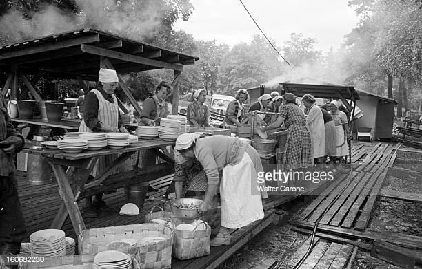 Summer Olympics 1952 Helsinki En Finlande à Helsinki en juillet 1952 lors des Jeux Olympiques d'été aux alentours du stade des cuisinières en blouse...