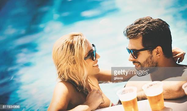 Sommer-party in einem pool.