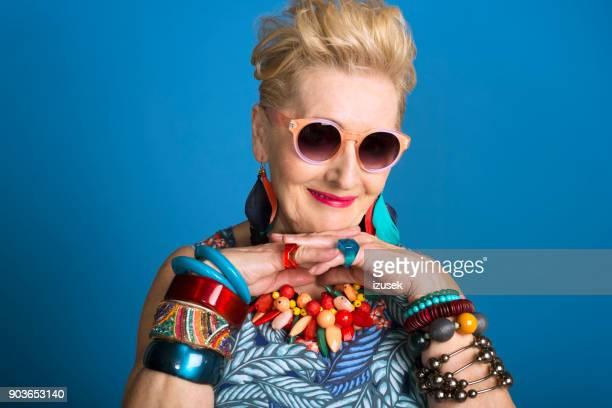 zomer portret van creatieve senior vrouw - izusek stockfoto's en -beelden