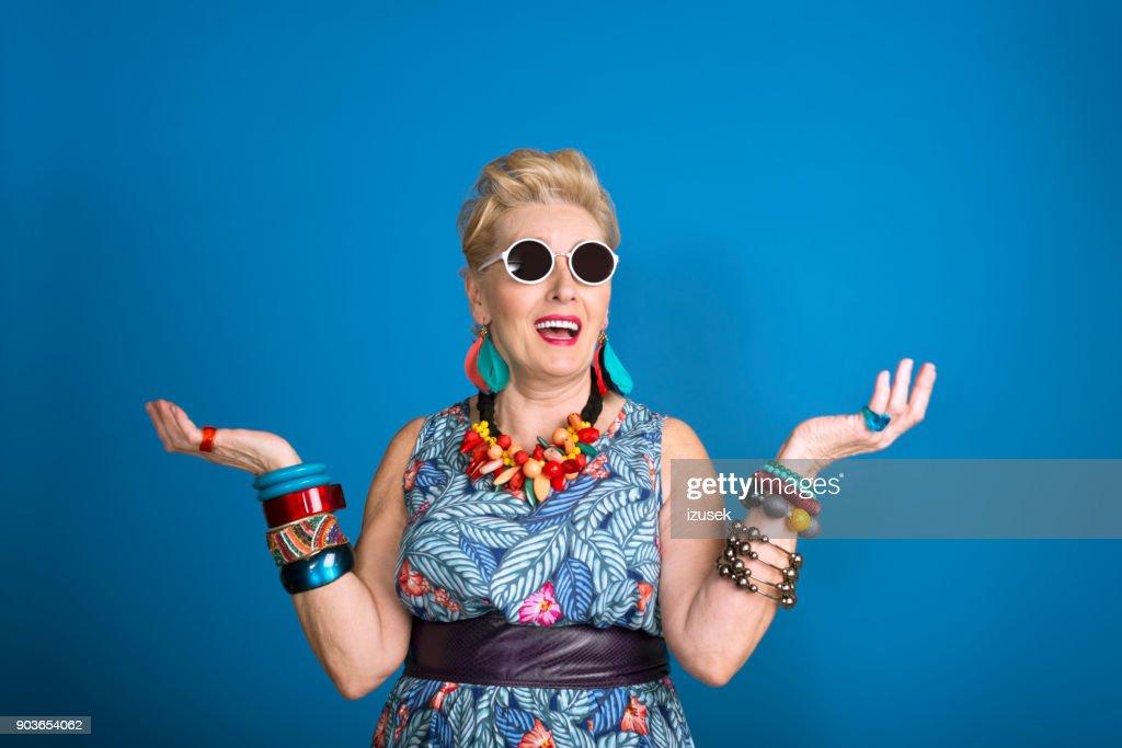 Retrato de Verão da criativa mulher sênior : Foto de stock
