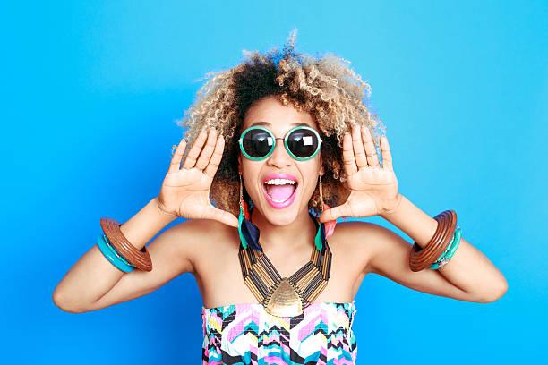 Été Portrait de jeune femme afro-américaine excité