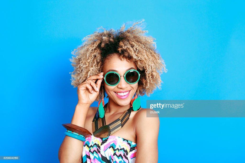 Été Portrait d'heureuse jeune femme afro-américaine