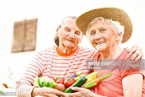 Sommer-Porträt von zwei schöne Ältere Frauen