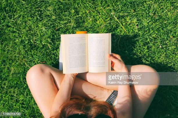 summer reading in the park - leggere foto e immagini stock