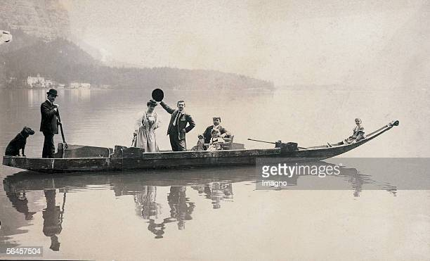 Summer resort: Tourists with children and dog on an iron at the Hallstaetter lake . Around 1900. Photography by Hans Kinder, Gries. [In der...