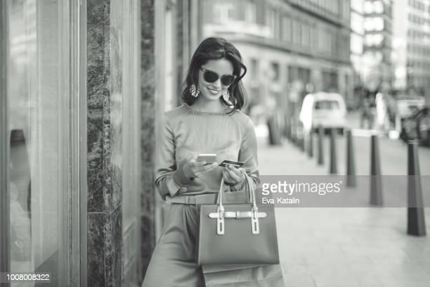 shopping estivo - donna elegante foto e immagini stock