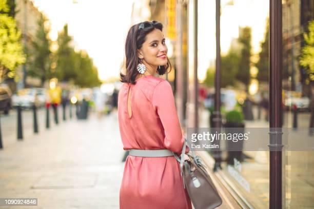 sommer shopping - french women stock-fotos und bilder