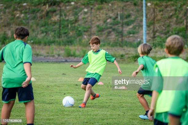 escuela de fútbol de verano para niños, entrenamiento. - campamento de entrenamiento deportivo fotografías e imágenes de stock