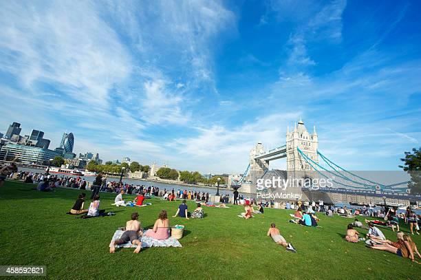 夏の日光浴の前に、ロンドンのタワーブリッジ