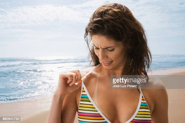 summer tan lines - marque de bronzage photos et images de collection