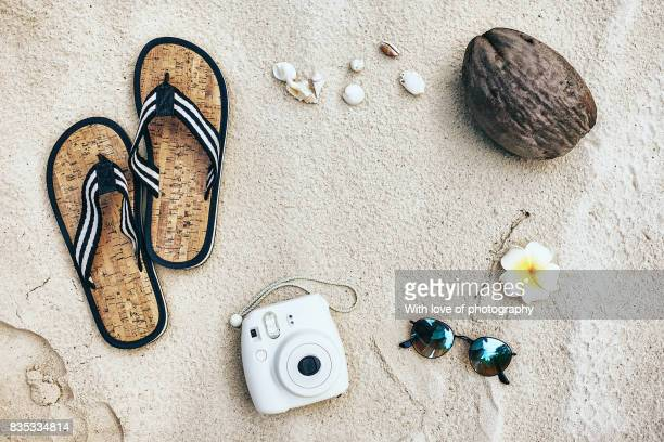 summer time fun, beach flat lay, tourism, vacation background, white sand beach maldives - sandalia fotografías e imágenes de stock