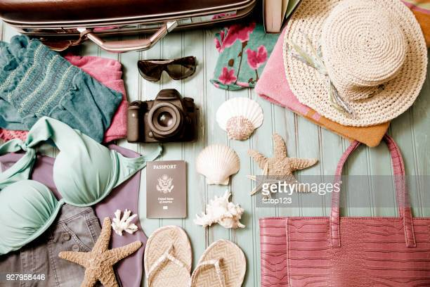 Summer vacation items arranged in knolling pattern.