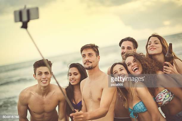 Vacances d'été inoubliables: Bras télescopique pour smartphone au bord de la mer